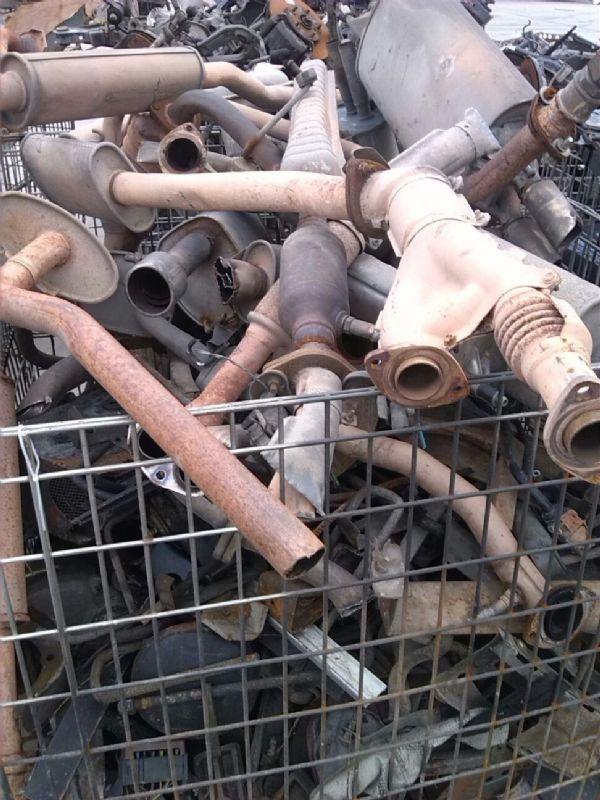 供应废旧汽车 摩托车的排气管 起动机 车门等高清图片
