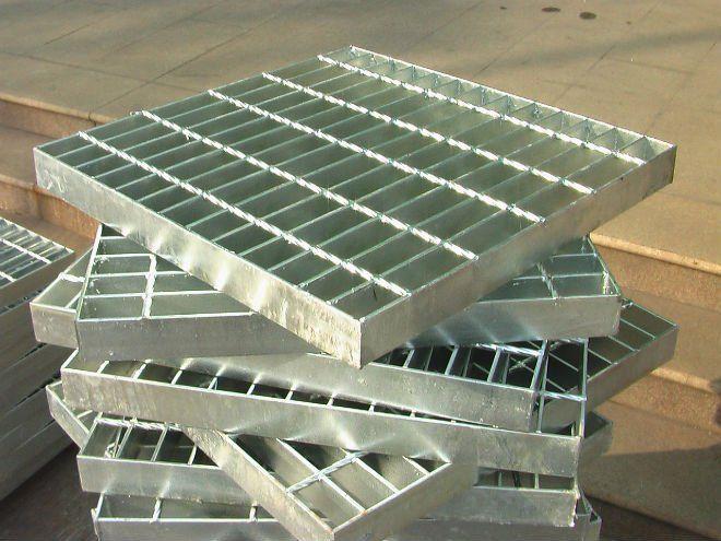 钢格板主要用来做水沟盖板,钢结构平台板,钢梯踏步板.