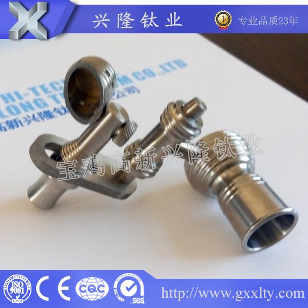 产品名称 厂家供应14/16/18mm TA2/GR2钛烟钉 纯钛 高品质 宝鸡兴隆 材质 Gr2/TA2 盘直径 10- 22mm 直径 10mm, 14mm, 18mm, 男士,女士用 标准 ASTM B348,ASTM4928 产品状态 冷轧(Y)~热轧(R)~退火(M)~固体状态 表面处理 抛光, 阳极氧化, 黑色氧化物或者电镀颜色 优势 难熔, 高强度, 耐腐蚀 技术 数控 应用 吸烟 一.特性: 密度小,比强度高 Small density,high specific strength 耐腐